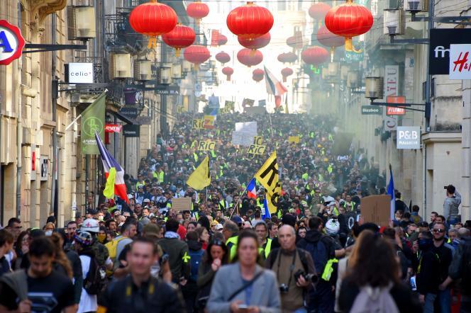 Quelque 5 000 « gilets jaunes» ont marché dans les rues de Bordeaux, le 16 février, avant que des heurts n'éclatent à la fin de la manifestation.