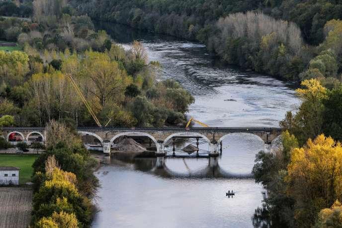 Pour le département de Dordogne, la déviation doit permettre d'épargner et de sécuriser un site remarquable, pollué et menacé par le trafic de la route Bergerac-Sarlat.