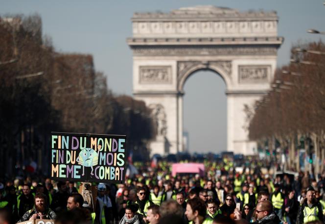 Plusieurs milliers de personnes ont descendu les Champs-Elysées avant de traverser la Seine pour rejoindre le boulevard des Invalides, le 16 février.