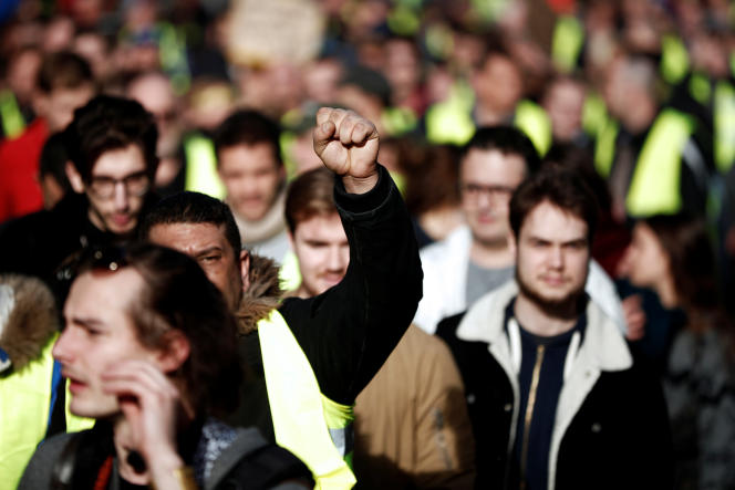 Des manifestants défilent à Paris, pour l'acte XIV des« gilets jaunes», le 16 février.