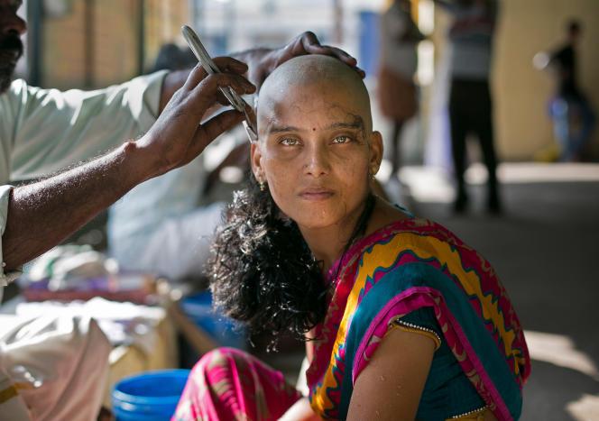 Pour sauver sa fille de la maladie, cette femme fait don des ses cheveux aux dieux, au temple Thiruthani Murugan (Inde), le 10 novembre 2016.