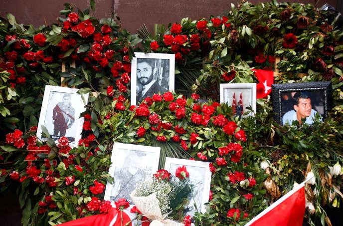 Des fleurs et des photos des victimes de l'attentat placées devant la Reina, la boîte de nuit où a eu lieu la fusilladelors de la soirée du nouvel An 2017. A Istanbul, le 17 janvier 2017.