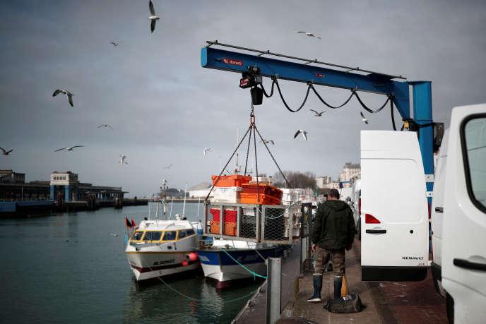 Un pêcheur débarque sa marchandise, sur les quais du port de Boulogne-sur-Mer, le 18 février 2019.