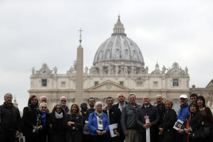 Des membres de l'association ECAcontre les abus sexuels du clergé sur la place Saint-Pierre, le 18 février au Vatican.