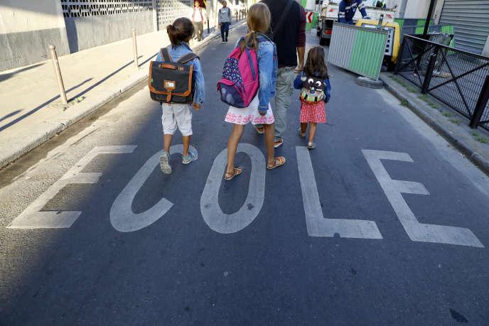 Mesures fortes de la loi : l'abaissement de l'école obligatoire à 3 ans et l'affichage de La Marseillaise et du drapeau français dans les classes.
