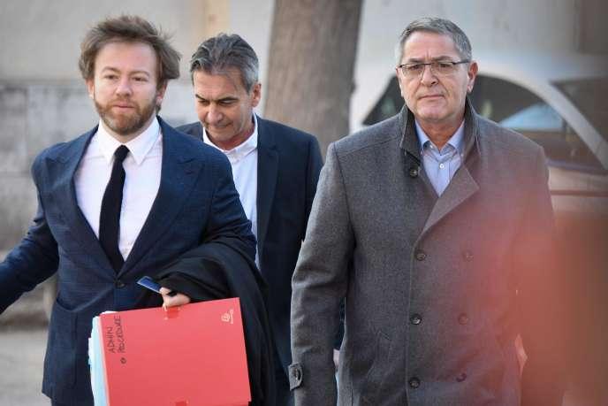 Pascal Fauret (à droite) et Bruno Odos (au centre), accompagnés de leur avocat Antoine Vey, à leur arrivée au tribunal d'Aix-en-Provence (Bouches-du-Rhône), le 18 février.