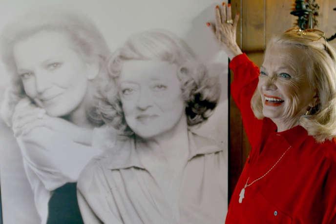 Gena Rowlands devant son portrait (en 1979) avec Bette Davis.