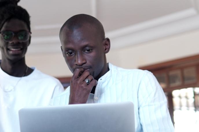 Demba Gueye, consultant en communication digitale et fondateur de la Kebetu Digital Academy, lors d'une session de formation, le 14 décembre 2018, à Dakar, au Sénégal.