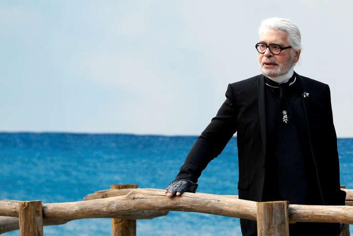 Le créateur allemand Karl Lagerfeld apparaît à la fin de son défilé de prêt-à-porter féminin printemps-été 2019 pour la maison Chanel à l'occasion de la Semaine de la mode à Paris, le 2octobre2018.