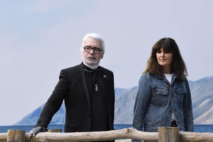 Karl Lagerfeld et Virginie Viard, directrice du studio de création mode de Chanel, en octobre 2018, à Paris.