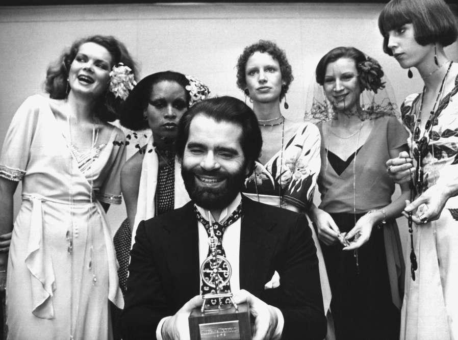 A Krefeld, en Allemagne, en novembre 1973. Karl Lagerfeld avait remportéle Golden Spinning Wheel.