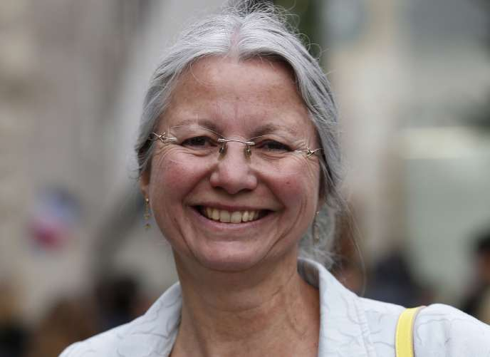 Agnes Thill posant à l'entrée du Musée du quai Branly à Paris lors d'une journée d'information des candidats du parti La République en marche enmai2017.