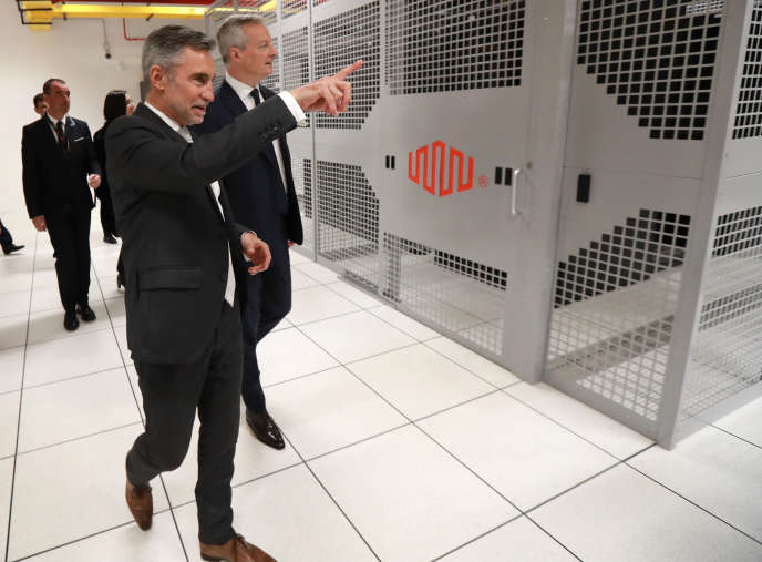 Le ministre de l'économie, Bruno Le Maire, visite en compagnie de Régis Castagne (à gauche), directeur des activités d'Equinix en Europe du Sud, le data center de Pantin.