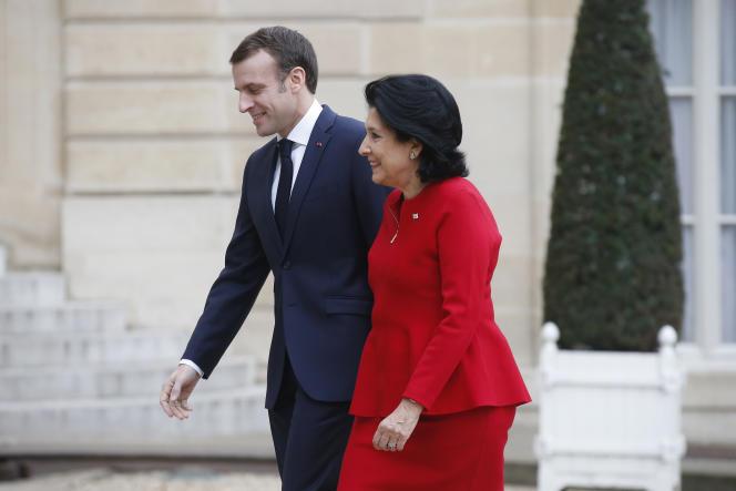 Le président français, Emmanuel Macron, et son homologue géorgienne, Salomé Zourabichvili, le 19 février, à l'Elysée.
