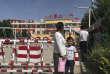 Des barrières de sécurité et des caméras de surveillance, à l'entrée d'une école de Peyzawat, dans leXinjiang.