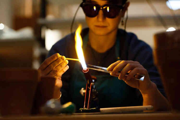 Charlotte Betting, membre de la coopérative Kaléidosco à Favières, s'est notamment spécialisée dans la pâte de verre.