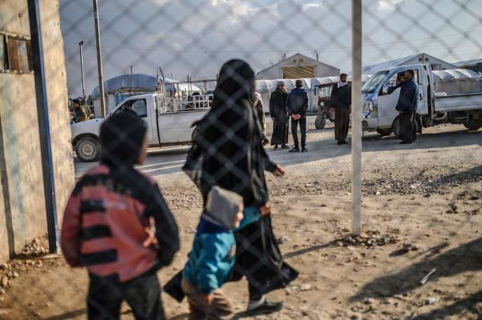 Une des deux Françaises détenues, avec son enfant, au camp d'al-Hol (Syrie), le 17 février.