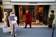Devant une boutique Chanel, à Paris, le 19 février.