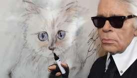 Le créateur de mode, artiste et photographe allemand Karl Lagerfeld à côté d'une peinture de son chat Choupette lors de l'inauguration de l'exposition «Corsa Karl et Choupette» au Palazzo Italia à Berlin.