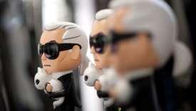 Des figurines de Karl Lagerfeld tenant dans ses bras sa chatte Choupette.
