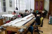 Des artisans travaillent sur des tapisseries dans l'un des ateliers du Mobilier National à Paris, le 13 septembre 2018.