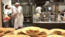 En cuisine, Alain Passard (à gauche) et son commis s'affairent sur les poulardes farcies au buchu.
