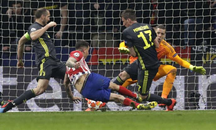 José Maria Gimenez, pour l'Atlético, a taclé dans la cage un corner cafouillé par l'arrière-garde turinoise.