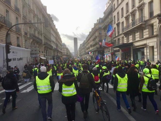Des «gilets jaunes», rue de Rennes, à Paris, le 9 février.