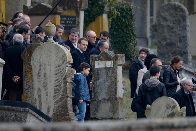 De nombreux habitants de la commune sont venus se recueillir, tout comme le président Macron, à Quatzenheim, le 19 février.