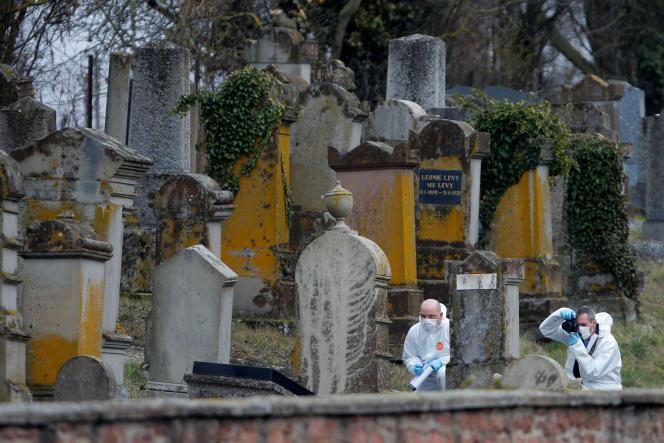 Des gendarmes relèvent des indices sur les tombes profanées du cimetière juif de Quatzenheim, le 19 février.