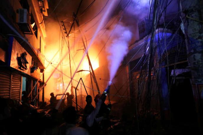 Les pompiers à l'œuvre à Dacca, dans la nuit de mercredi20 à jeudi21février.