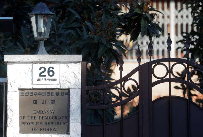 Devant l'ambassade nord-coréenne à Rome, le 3 janvier.