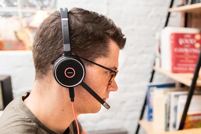 Le Evolve 75 de Jabra est le choix le plus judicieux pour les personnes passant de nombreux appels durant leur journée de travail et souhaitant pouvoir circuler en gardant le casque sur les oreilles.