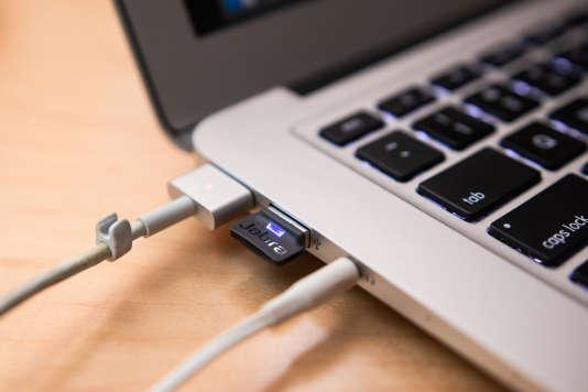 On peut relier facilement ce micro-casque à un ordinateur via cet adaptateur USB (même si les ordinateurs uniquement dotésde l'USB-C devront utiliser un convertisseur USB-A vers USB-C).