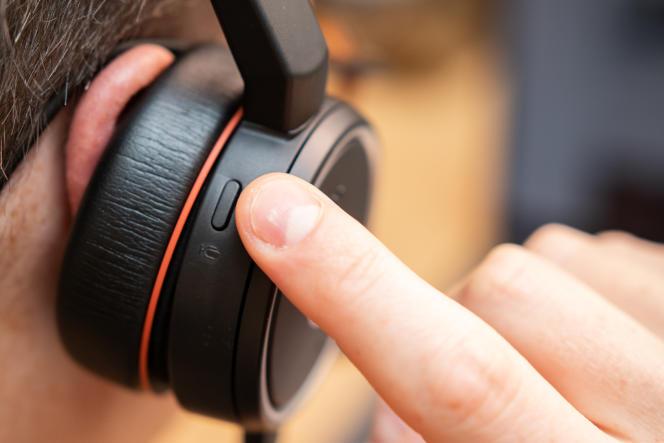 Le bouton « muet » du Evolve se trouve sur la partie supérieure de l'écouteur droit, face arrière, mais il est également possible de déplacer le support du micro vers l'arceau pour obtenir le même effet.