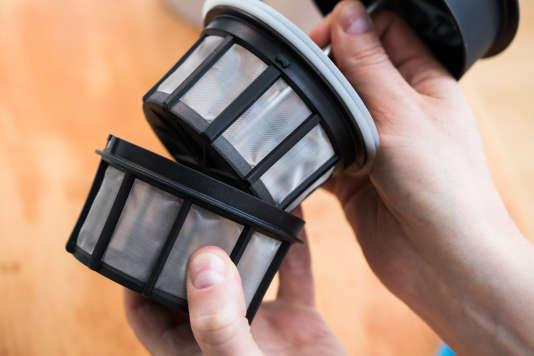 Les deux filtres s'imbriquent l'un dans l'autre pour mieux isoler le café moulu et en ralentir l'extraction après enfoncement du piston.