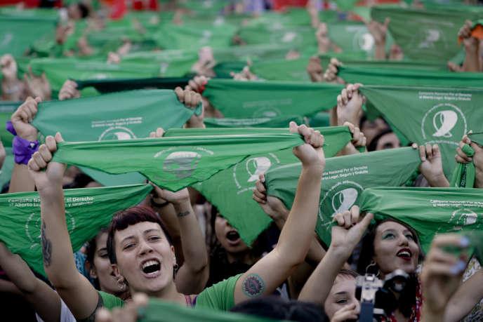 Des femmes participent à un rassemblement en faveur de la légalisation de l'avortement, devant le Congrès de Buenos Aires, en Argentine, le mardi 19 février 2019.