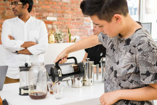 Nos goûteurs ont réalisé une dégustation en aveugle de six tasses de café préparées avec autant de cafetières à piston.