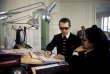 Karl Lagerfeld croque des silhouettes dans son atelier parisien, en 1979.