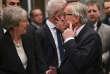 Jean-Claude Juncker montre son sparadrap à Theresa May, à Bruxelles, mercredi 20 février.