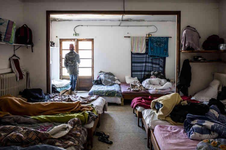 Un des dortoirs du Refuge solidaire, à Briançon, où les migrantsreprennent des forces, passent des appels, se renseignent. La plupart repartent au bout de quelques jours. «On réfléchit à ce qu'on va faire », confie l'un d'eux.
