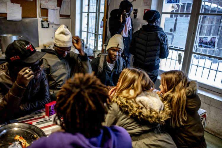 Au Refuge solidaire, à Briançon, les migrants trouvent un premier abri et de la chaleur, comme plus de5200personnes avant eux en2018.