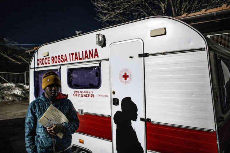 Demba, Sénégalais, avec dans la main les diplômes qu'il a obtenus durant les deux années et demie qu'il a passées en Italie, se prépare à quitter le refuge de la fondation Talita Kum, à Oulx (côté italien), le 18 février.