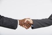 Poignée de main entre deux hommes d'affaires.