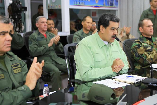 Cette photographie diffusée par la présidence vénézuélienne montre le président Nicolas Maduro et le haut commandement militaire lors d'une allocution spéciale à Caracas, Venezuela, le 21 février 2019.