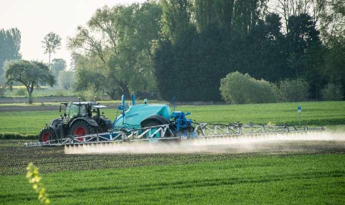 Epandage de pesticides dans un champ à Fromelles (Nord), en 2016.