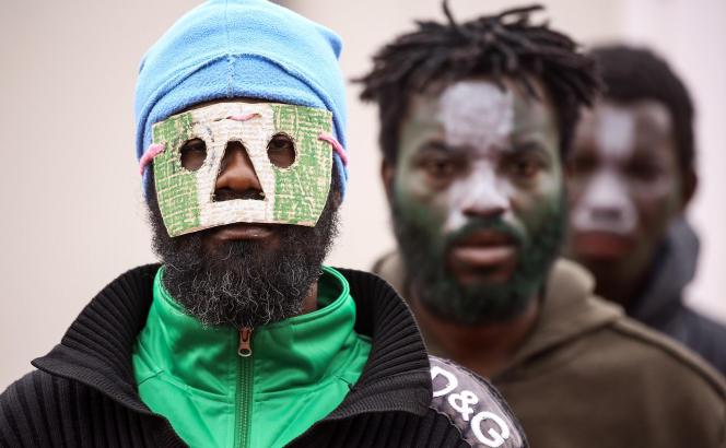 Des migrants subsahariens se sont grimés pour célébrer la culture et le folklore africains dans le centre de rétention libyen d'Al-Hamra, dans la région de Gharian, près de Tripoli,en février 2018.