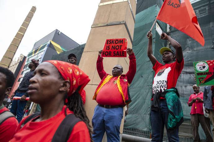 Manifestation contre une éventuelle réduction des effectifs au sein de la compagnie publique d'électricité sud-africaine Eskom, à Johannesburg, le 13 février 2019.