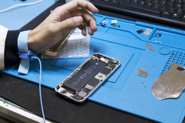 Un salarié de Smaaart teste uniPhone après avoir changé sa batterie, le 23 janvier 2018, à Saint-Mathieu-de-Tréviers, dans l'Hérault.