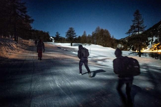 Une dizaine de personnes passent par les pistes de ski pour franchir la frontière française.